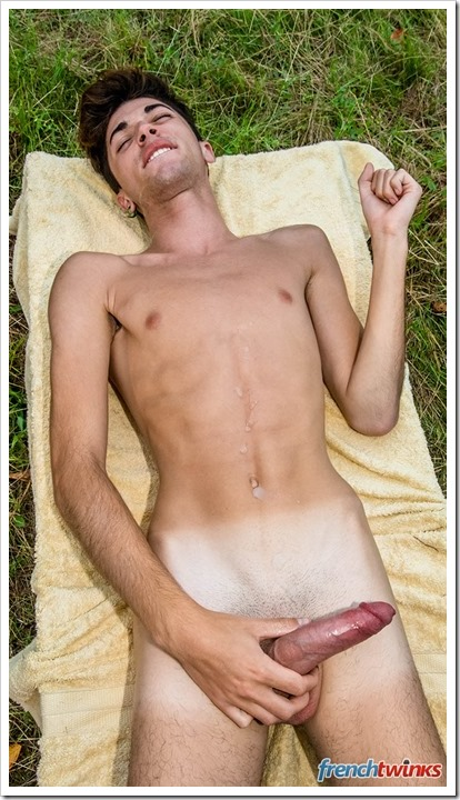 Suntanning-twinks-in-action (24)